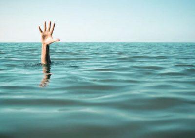 29 Hand aus dem Meer